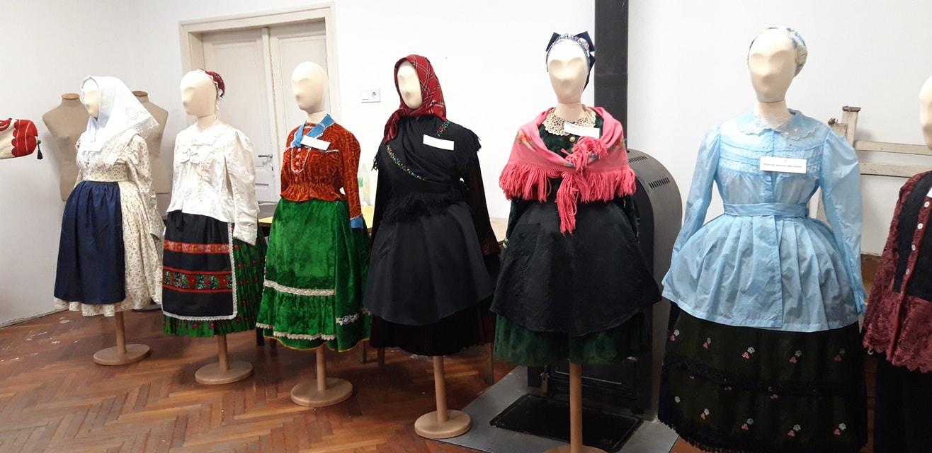 Magyar és nemzetiségi népviseletek a Kárpát-medencében.